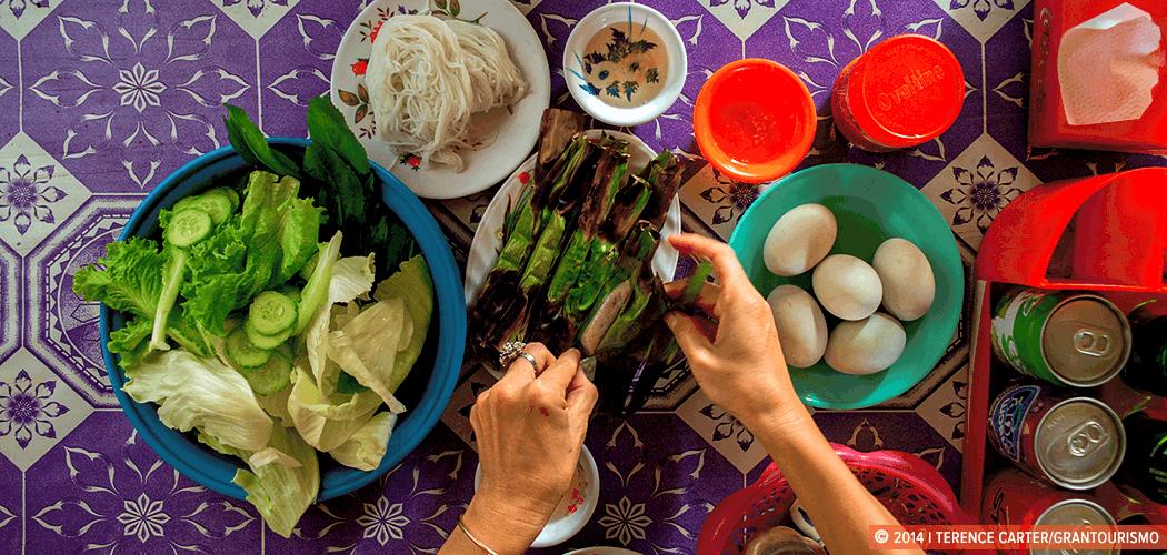 Riverside Eating, Battambang, Cambodia. Copyright 2014 Terence Carter / Grantourismo. All Rights Reserved.