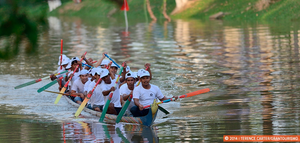 A rowing team practices the day before the start of the Siem Reap Water Festival, (Bon Om Tuk) Siem Reap, Cambodia. Copyright 2014 Terence Carter / Grantourismo. All Rights Reserved. Scenes from the Siem Reap Water Festival – Bon Om Tuk in Images.