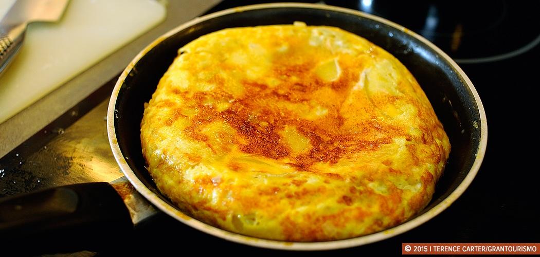 Tortilla de Cebolla Recipe. Barcelona, Spain. Copyright 2014 Terence Carter / Grantourismo. All Rights Reserved.